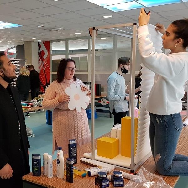Roc studenten tijdens Training Presenteren en Etaleren